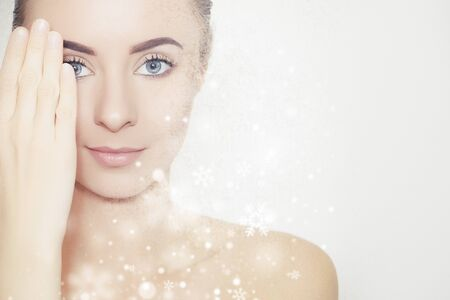 Perfectly looking model portrait surrounded by snowflakes, beauty product background 版權商用圖片 - 136404228