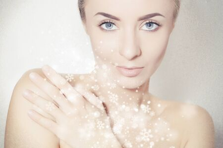 Perfectly looking model portrait surrounded by snowflakes, beauty product background 版權商用圖片 - 138589328