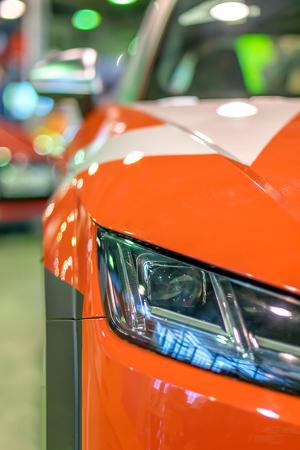 rode racewagens schitteren en flikkeren in de lichten van de autoshow Stockfoto