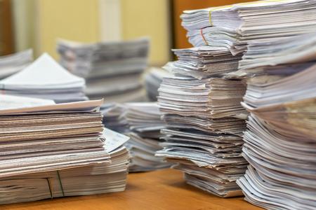 bundelt balen papieren documenten. stapels pakken stapel op het bureau in het kantoor