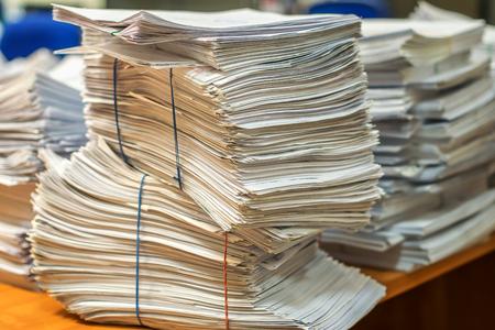 Bündel Ballen von Papierdokumenten. Stapel Packs stapeln sich auf dem Schreibtisch im Büro Standard-Bild