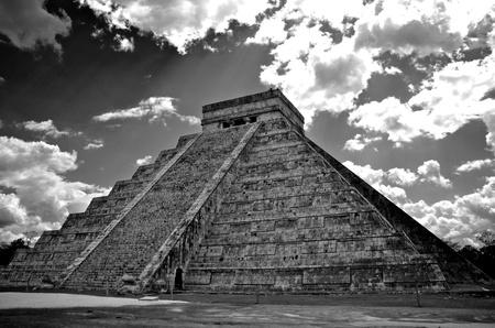 Imagen en blanco y negro de la pirámide maya de Chichén-Itzá, México Foto de archivo - 10681008