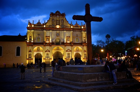 cristobal: Cathedral in San Cristobal, Mexico at night