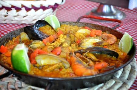 Paella spagnola in padella sul tavolo