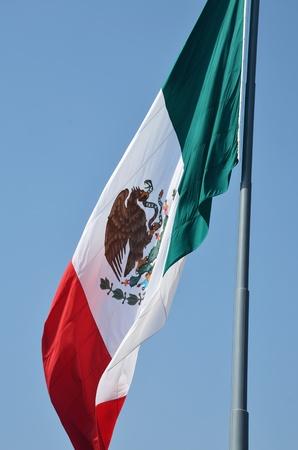 bandera de mexico: Una gran bandera mexicana.