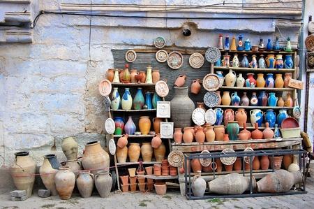 ollas de barro: Alfarer�a tradicional a la venta en Goreme, Turqu�a Foto de archivo