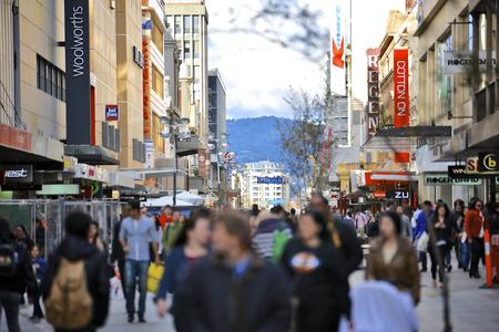 plaza comercial: Adelaida, Australia del Sur - 24 de febrero de, 2015: Rundle Mall es el centro comercial de primera clase situado en el CBD de Adelaida, Australia del Sur, con 23 millones de visitantes al año. Editorial