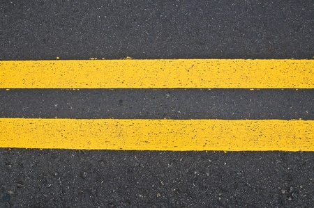 marking up: Camino marcado - doble l�neas amarillas  Foto de archivo