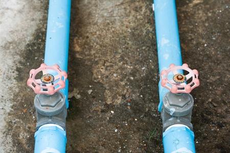 deux tuyaux et de vannes bleu
