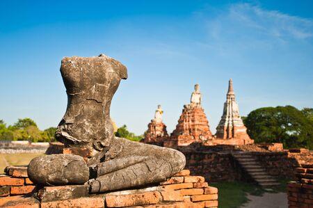 cabeza de buda: Estado de Buda sin cabeza en Wat Chaiwattanaram, Ayutthaya, Tailandia