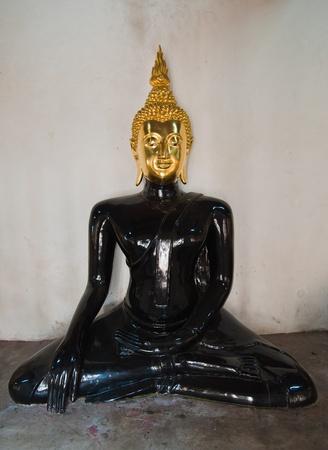 cabeza de buda: Buda de estado con la cabeza de oro y el Cuerpo Negro Foto de archivo