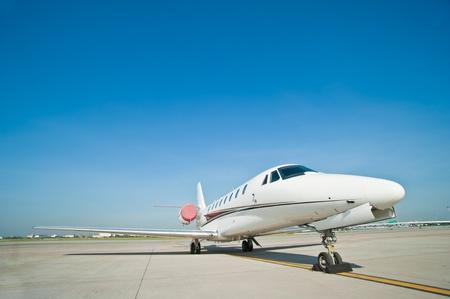 parked: zakenvliegtuig geparkeerd op de luchthaven Stockfoto
