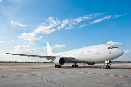 transporte terrestre: Estacionamiento de aeronaves comerciales en el aeropuerto