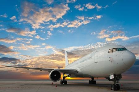 transporte terrestre: Avión de pasajeros con el cielo bien Foto de archivo