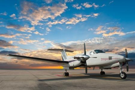 プロペラ飛行機、空港の駐車場