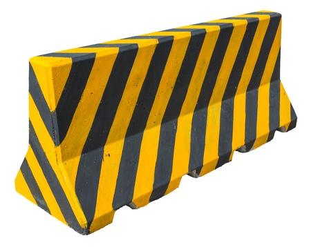 Barriere di cemento giallo e nero che bloccano la strada su bianco