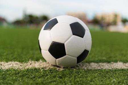 ballon foot: de football sur l'herbe verte Banque d'images