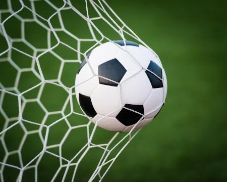 balón de fútbol en la red de la portería