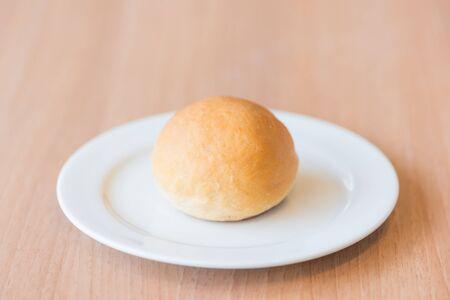 bread loaf: Pagnotta di pane sul piatto