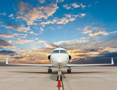 비즈니스 비행기는 공항에 주차 스톡 콘텐츠
