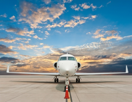 parked: Zakenvliegtuig geparkeerd op de luchthaven