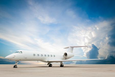 aereo a reazione parcheggiato con bella nuvola