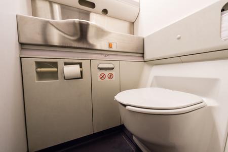 Baño de aviones Foto de archivo - 73995417