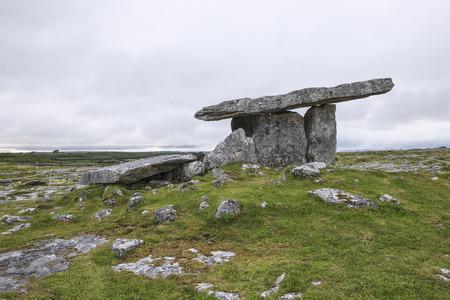 burren: Poulnabrone dolmen, Burren, County Clare, Ireland Stock Photo