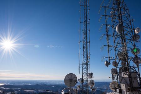通信: 丘の上通信塔 写真素材
