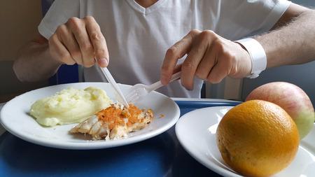 L'uomo in ospedale dal vassoio salmone mangiare del cibo Archivio Fotografico