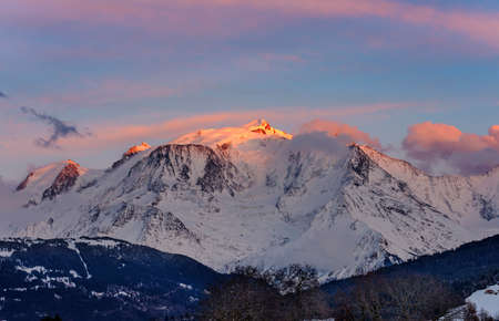 Warm morning clouds over Mont Blanc mountain ridge, the highest mountain in the Alps and Western Europe. Mont Blanc chain seen from the French side. Panorama shot. Standard-Bild