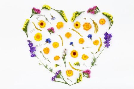Amore cuore, fiori di giorno di San Valentino su sfondo bianco. Vista dall'alto, composizione piatta