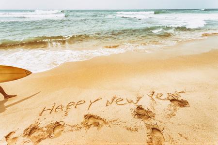 海のビーチの新年のテキスト。レトロなヴィンテージ。