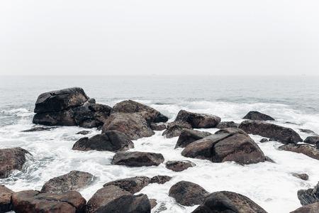 Spiaggia tropicale. Paesaggio costa rocciosa oceano Archivio Fotografico - 84131523