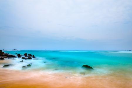 Spiaggia tropicale. Paesaggio costa rocciosa oceano Archivio Fotografico - 84131483