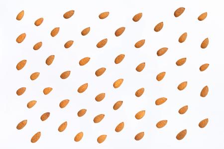 Nuts Muster - Mandeln auf weißem Hintergrund. Konzepte über Dekoration, gesunde Ernährung und Lebensmittelhintergrund. Standard-Bild - 87985143