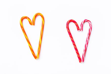 Mustern Sie Zuckerstange auf weißem Hintergrund, flache Lage der Draufsicht. Süßer Saugnapf, Lutscher, Süßigkeiten, isoliert minimales Konzept über Dekoration, Essen Hintergrund Standard-Bild - 87985043