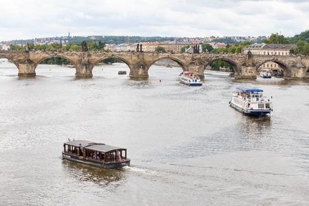 Prag, Tschechische Republik, Europa - 12. Juli 2017: Panoramastadtbild, Ansicht von Charles Bridge in Prag, Tschechische Republik Standard-Bild - 85375751