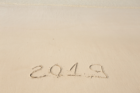 Happy New Year 2019, lettering on the beach. Standard-Bild - 110787152