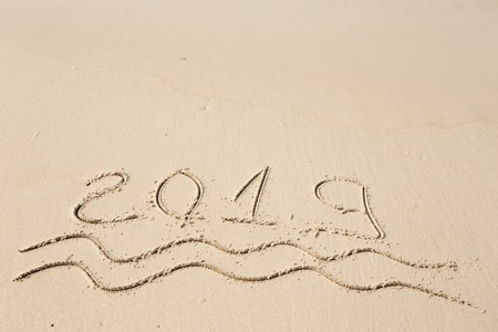 Happy New Year 2019, lettering on the beach. Standard-Bild - 110787156