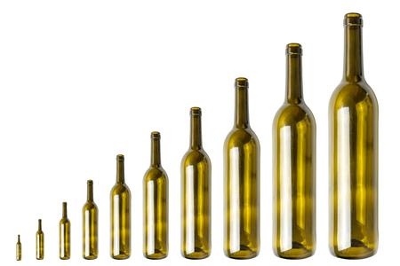 Concepto de adicción abstracta de consumo de alcohol. Reducir o aumentar el consumo de alcohol. Botellas de vino, aisladas.