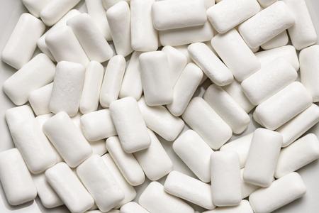 Des tampons de chewing-gums en gros plan, pour l'hygiène buccale afin de protéger les dents de la carie dentaire ou de la plaque. Gommes sans sucre au déjeuner ou au petit-déjeuner.