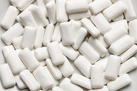Kauwgom pads close-up, voor mondhygiëne om tanden te beschermen tegen tandbederf of tandplak. Suikervrij tandvlees tijdens de lunch of het ontbijt.