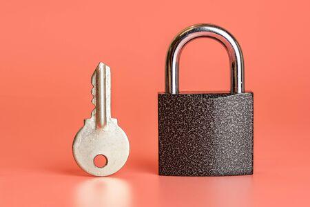 Schlüssel- und geschlossenes Vorhängeschloss-Sicherheits-Hacking-Konzept. Auswahl des besten Sicherheitssystems zu Hause oder im Büro. Schutz der Informationsinfrastruktur.