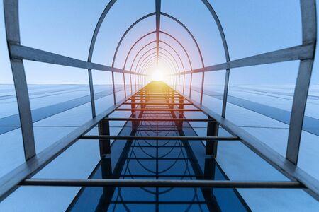Koncepcja schody do nieba. Schody ewakuacyjne nowoczesnego centrum handlowego. Wyjście ewakuacyjne. Widok z dołu