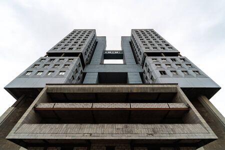 Edificio abandonado de gran altura, tiempo nublado, copie el espacio. Construcción de carcasa sin terminar. Casa de los Soviets en Kaliningrado, Rusia.