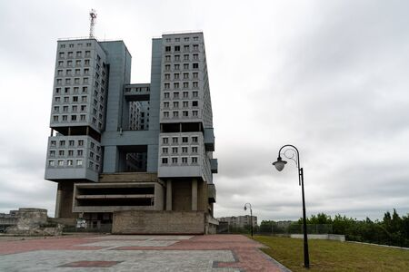 Abandoned high-rise building, cloudy weather, copy space. Unfinished shell construction. House of Soviets in Kaliningrad, Russia. 版權商用圖片