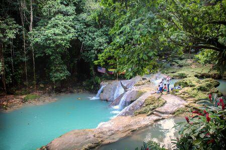 Jamajka szczyci się białymi piaszczystymi plażami, słynnymi malowniczymi wodospadami, błękitnymi lagunami i krystalicznie czystym Morzem Karaibskim