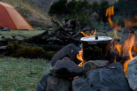 how to cook at an outdoor campsite Фото со стока