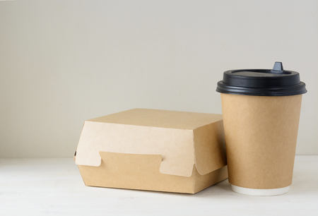 craft paper coffee cup and food box on the table Banco de Imagens